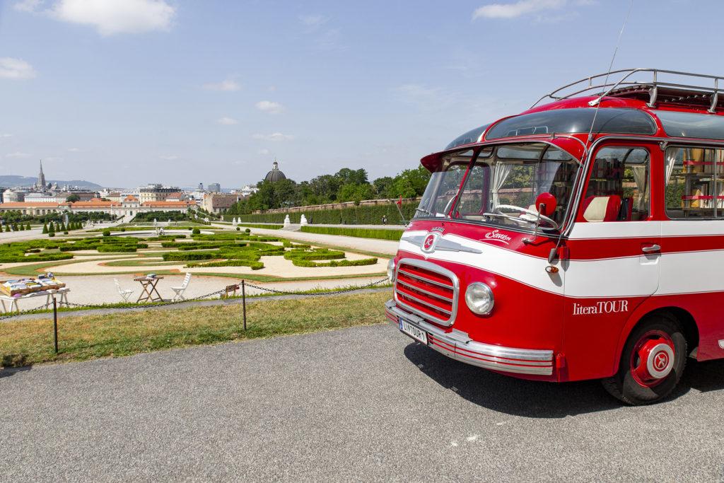 Der LiteraTour-Bus von ServusTV zu Besuch im Belvedere.