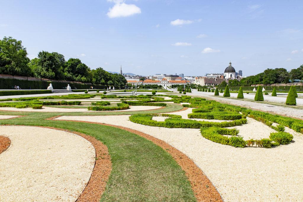 Vom Oberen zum Unteren Belvedere fällt das Gelände ab. Die beiden Schlösser sind mit einem großen Park verbunden.