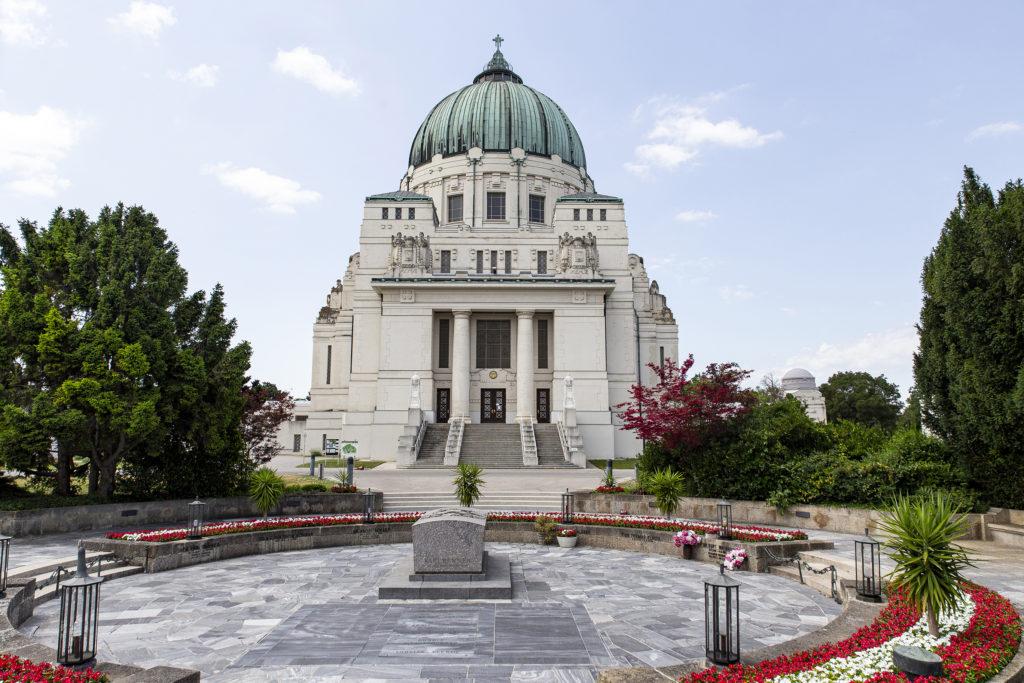 Im Vordergrund ist die Präsidentengruft und dahinter die Friedhofskirche zum Heiligen Karl Borromäus.