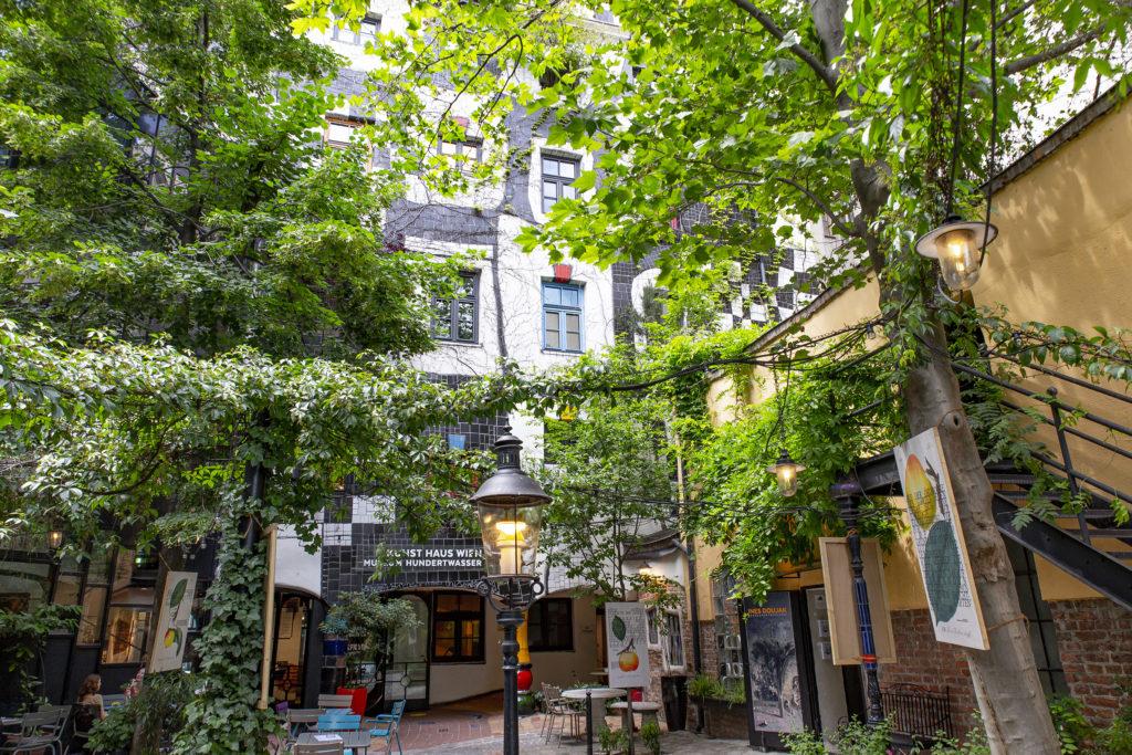 Im Innenhof, der reich an Pflanzen und gemütlich ist, kann man im Café eine Pause machen.